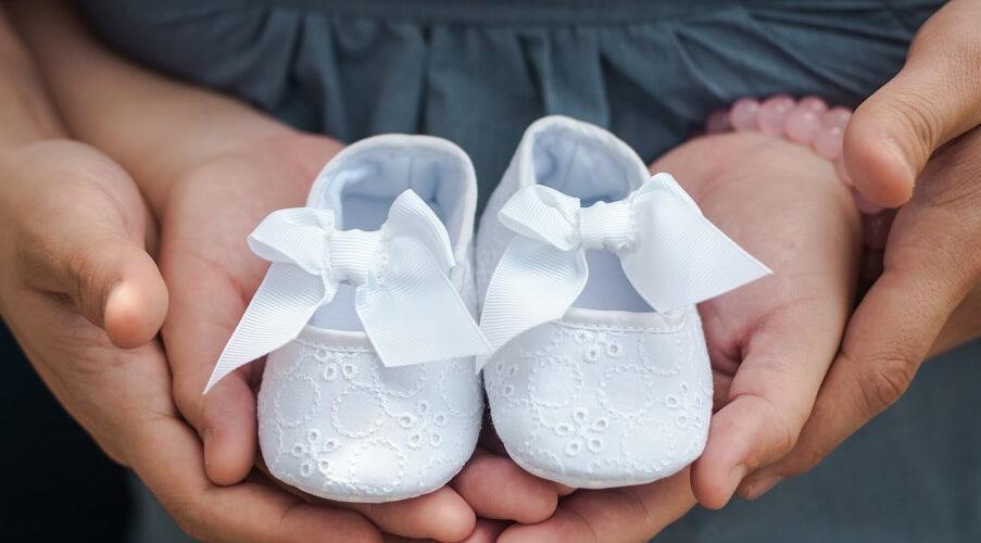 תינוקות הליכה ונעליים